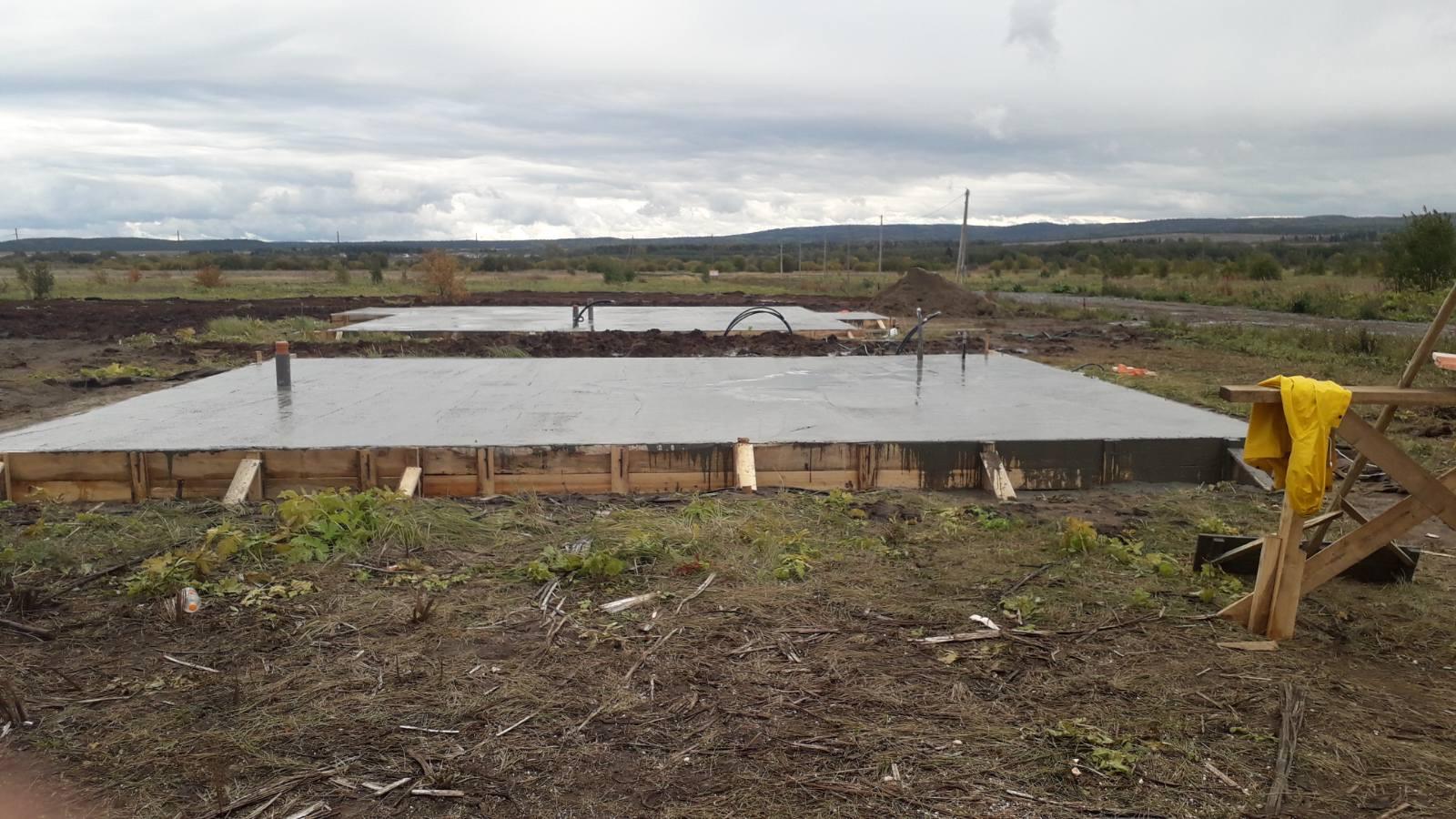 Завершены фундаментные работы на строительстве трех домов.